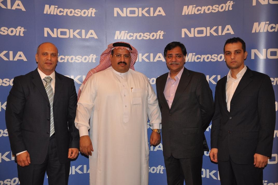 صورة جماعية لممثلي شركة مايكروسوفت ونوكيا في المؤتمر الصحفي