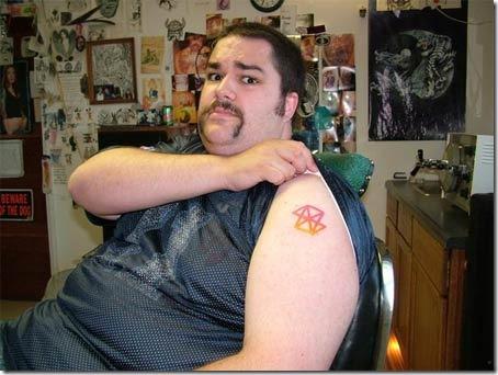 أحد متعصبي جهاز Zune , وضع شعار الجهاز كوشم على يده