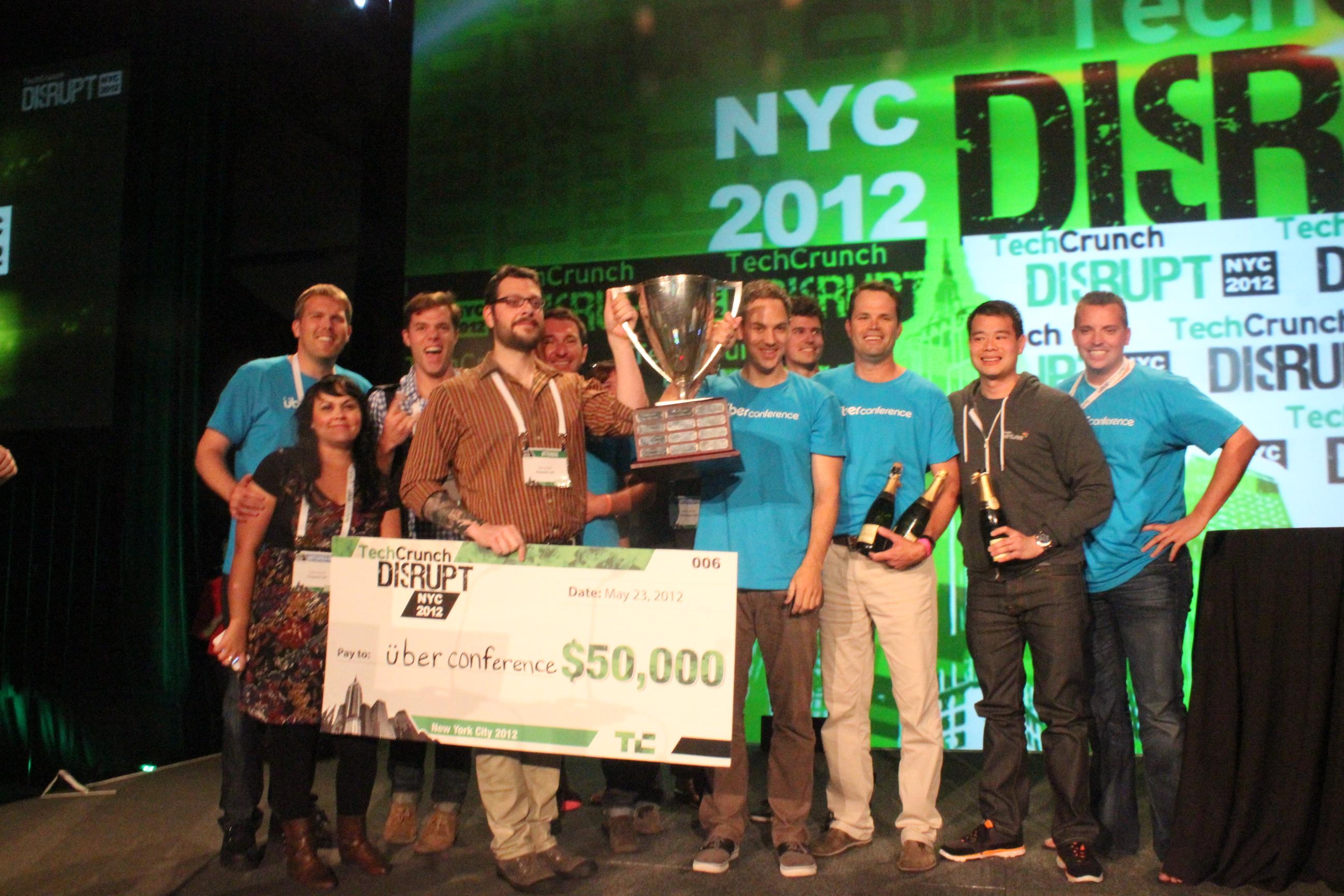 UberConference الفريق الفائز مع الكأس و شيك الجائزة