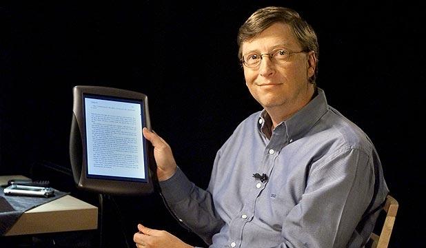 بيل غيتس يحمل حاسب لوحي في الفرع الرئيسي لمايكروسوفت عام 2000