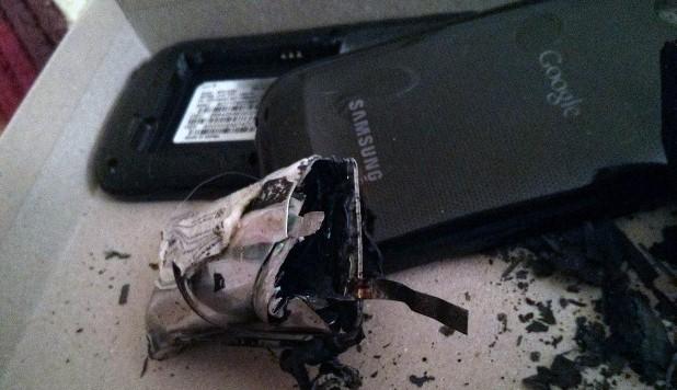 هل أصاب هذا الهاتف الذكي قذيفة لهب أو شيء من هذا القبيل؟!