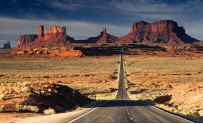 الطريق الطويل يقود عينيك مباشرة إلى الصخرة العالية في أعلى الصورة .. ضع نداء الإجراء CTA هناك.