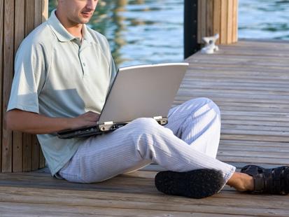 Laptop on your lap 10 عادات تقنية سيئة تفعلها كل يوم ( الجزء الاول )