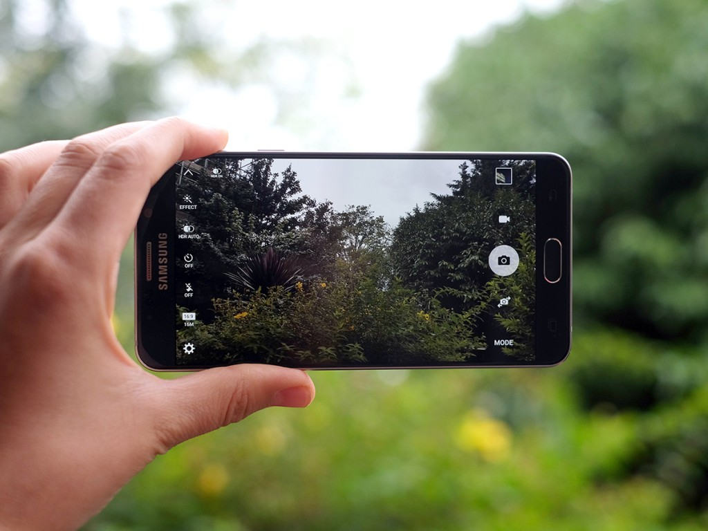 سامسونج تعمل على هاتف ذكي ثنائي الكاميرا