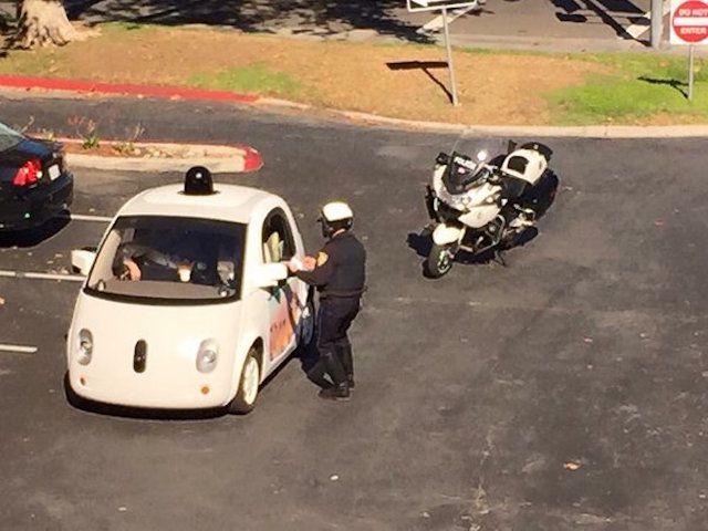 الشرطة توقف مركبة قوقل ذاتية القيادة بسبب القيادة البطيئة