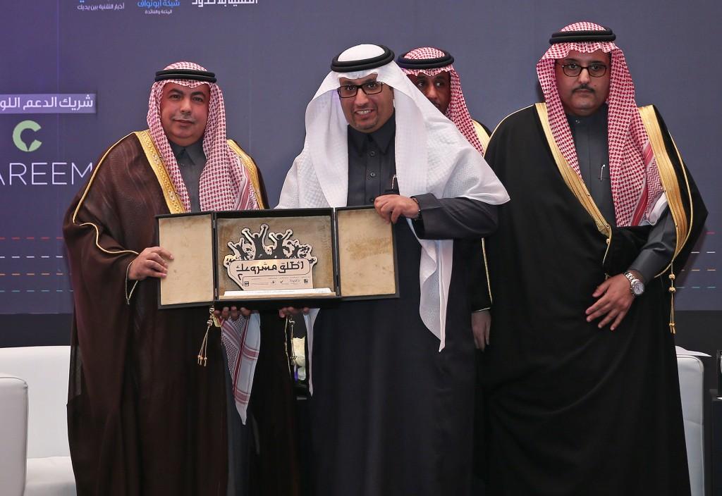 الامير تركي اثناء تكريمه الاتصالات السعودية