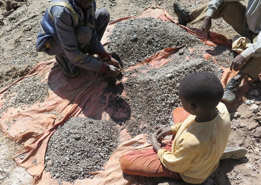 13-year-old-Charles-sorts-stones-with-his-dad-and-sells-the-ore-to-traders