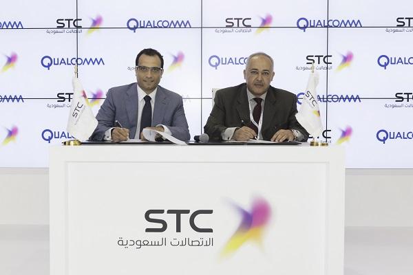 من اليمين الرئيس التنفيذي للمجموعة الاتصالات السعودية د. خالد بن حسين البياري و السيد / جهاد سراج ، رئيس الشركة لمنطقة الشرق الاوسط وافريقيا وشرق اوروبا.