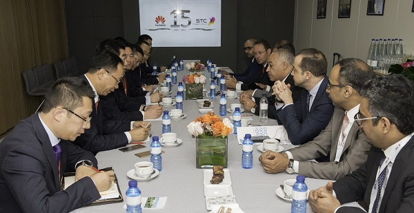 الدكتور / البياري يجتمع مع السيد كين هو نائب رئيس مجلس ادارة شركة هواوي ببرشلونة