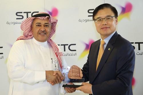 السفير الكوري مع الرئيس التنفيذي لمجموعة STC