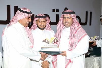 مدير الجامعة يقدم التكريم لمدير محافظات الرياض في STC