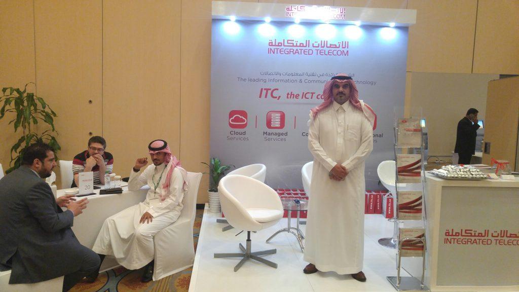 ممثلي ITC أمام جناح الشركة