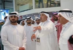 الشيخ مكتوم يستمع لشرح عن المعرض من عناية بحضور البياري