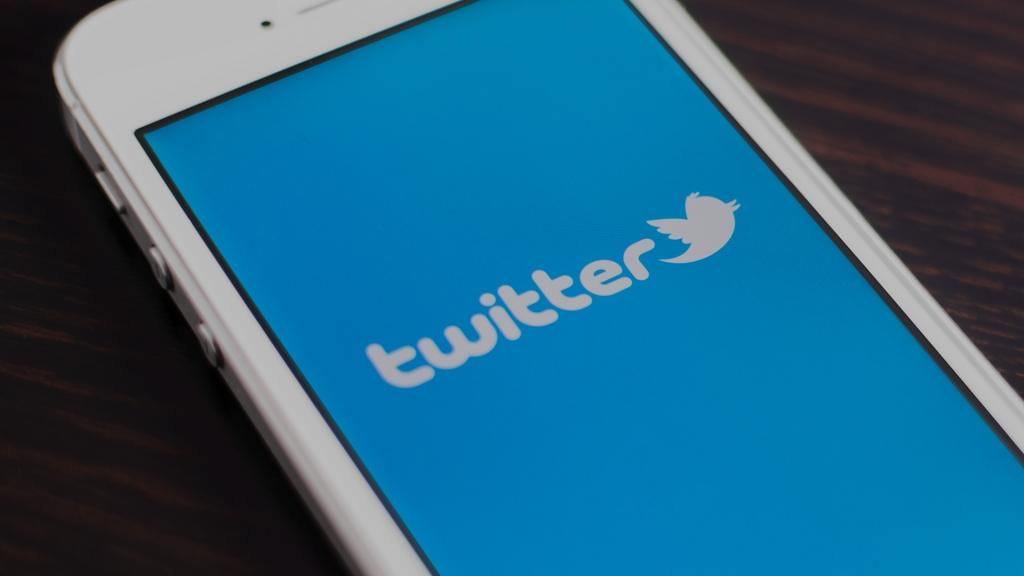تويتر تختبر إزالة أزرار الإعجاب والريتويت من التغريدات المضمنة في المواقع