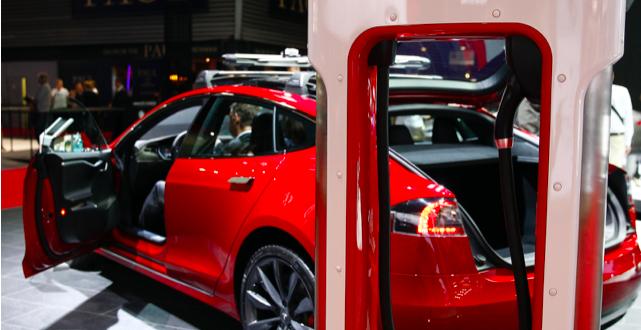 كفاءة بطاريات سيارات تيسلا الكهربائية