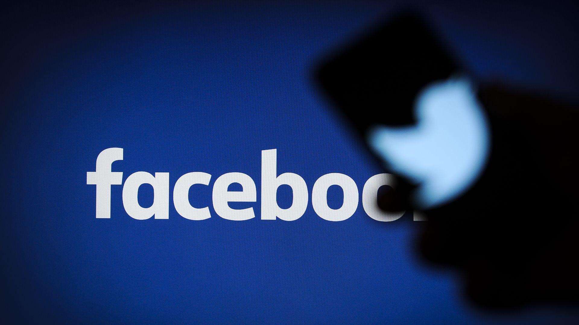 فيسبوك تحذف التغريدات التي تم مشاركتها من تويتر على منصتها ثم تعيدها