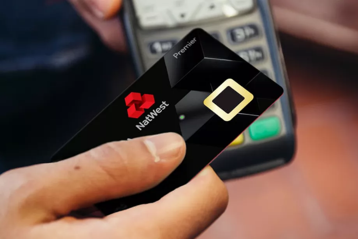 بنك ويستمنستر يختبر بطاقة ائتمان بقاري بصمة إصبع بدلاً من الرمز السري
