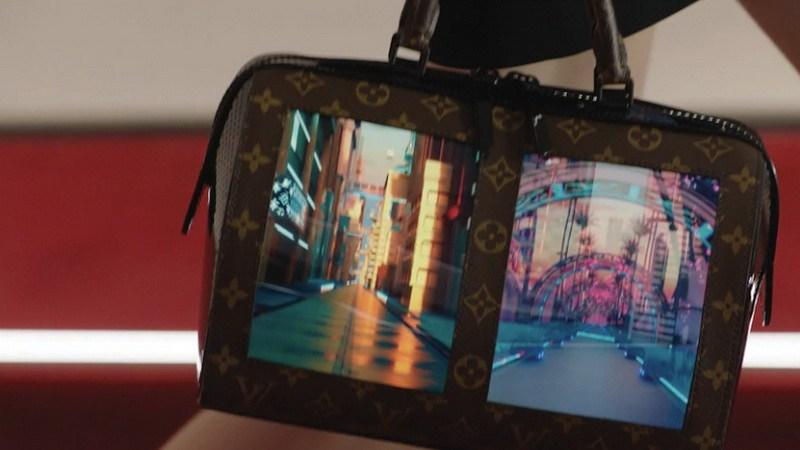حقيبة يد بشاشة مرنة أخر صيحات الموضة من لويس فيتون