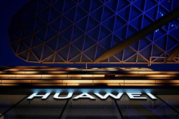 هواوي تطالب فرايزون الأمريكية بأكثر من مليار دولار رسوم براءات اختراع