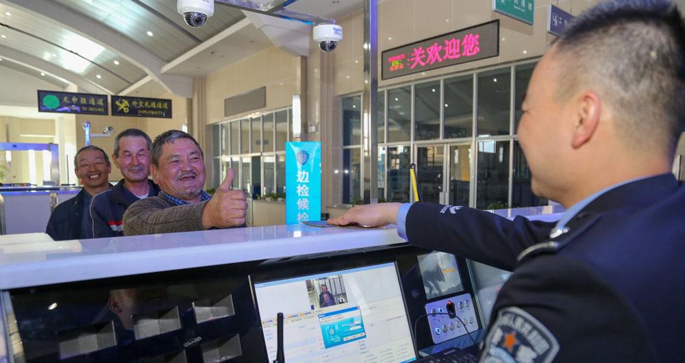 الصين تنصّب تطبيقات تجسس على هواتف السياح