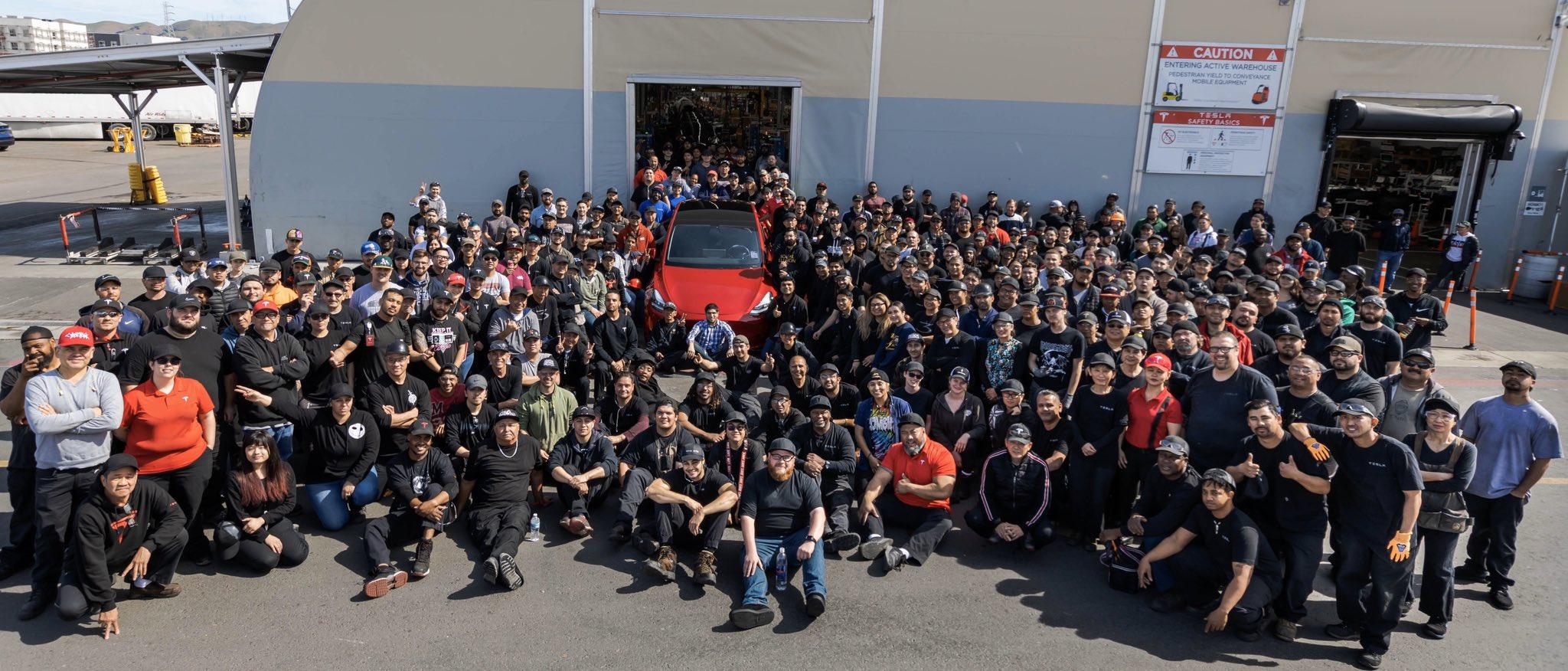 إليون ماسك يحتفل بإنتاج تسلا للسيارة الكهربائية رقم مليون