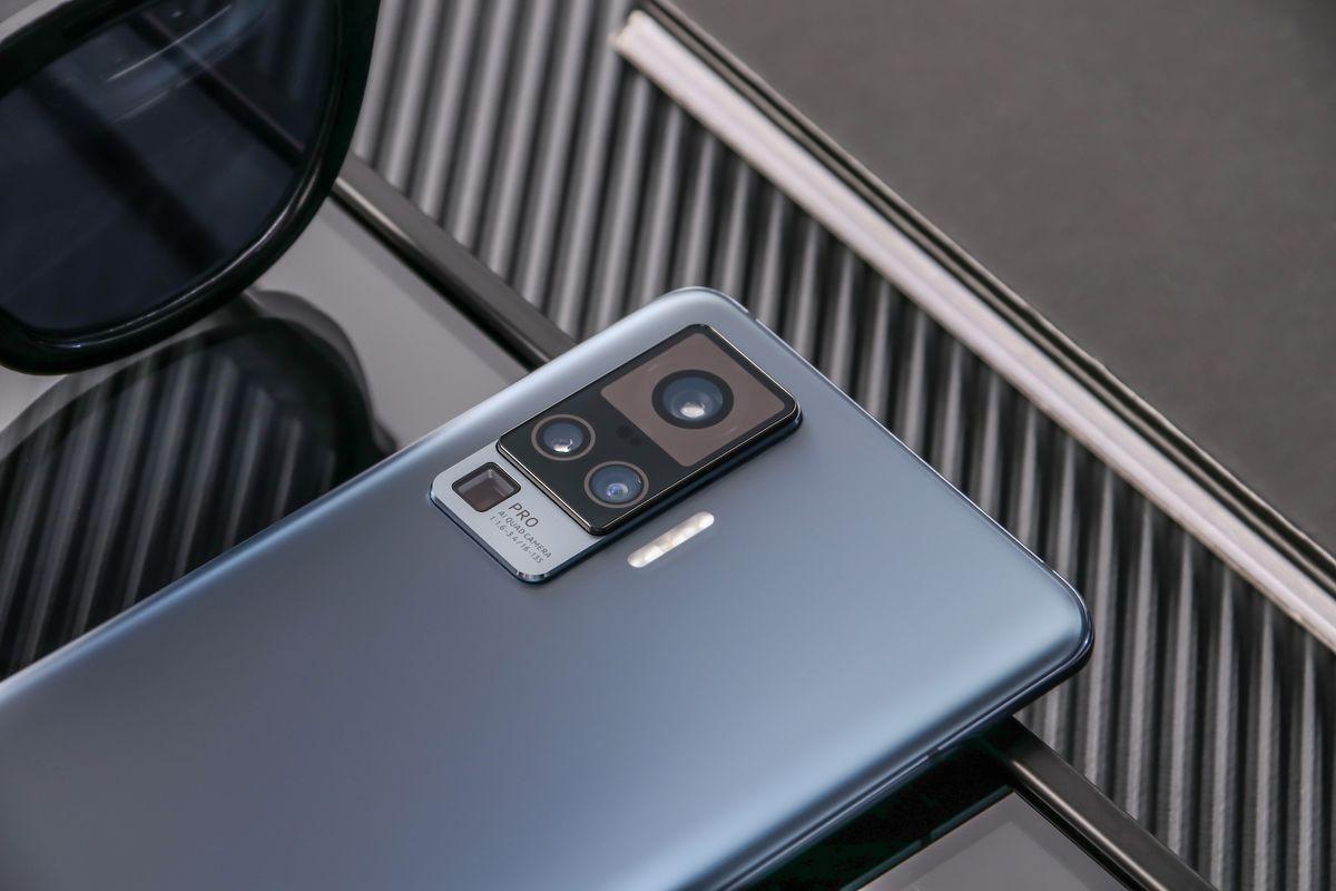 فيفو تكشف رسمياً عن سلسلة هواتف X50 بدعم مثبت احترافي للكاميرا