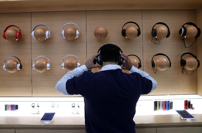 آبل تُوقف بيع سماعات الرأس ومكبرات الصوت من العلامات التجارية المنافسة في متاجرها