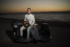 """فريق مرسيدس """"للفورمولا إي"""" للسيارات الكهربائية يزور نيوم قبل سباق الدرعية"""