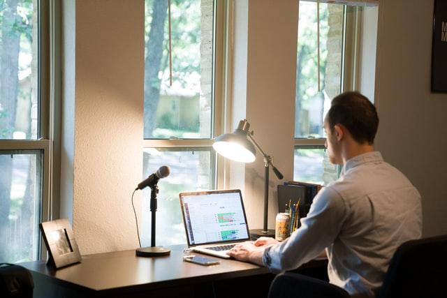 العمل من المنزل - كيف تجعل مساحة العمل في منزلك صحية؛ وتزيد الإنتاجية؟