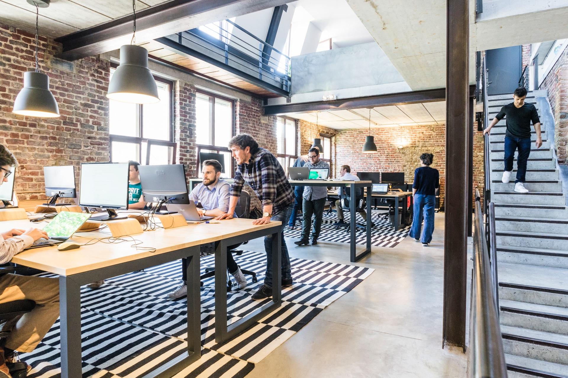 صورة بيئة العمل الهجينة: مميزاتها وكيفية تضمينها في شركتك؟